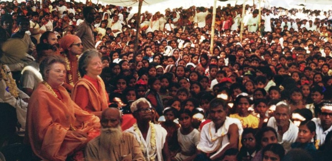 Daya Ma, crowd of devotees